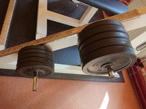 2 3 barbells που κρατούν το βάρος κατάρτισης λίβρας στοκ φωτογραφίες