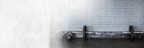 Barbells στη γυμναστική με τη μετάβαση στοκ εικόνα