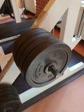 2 3 barbells держа вес тренировки lb Стоковые Изображения
