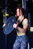 Barbells de levantamento do atleta determinado que olham focalizados Fotografia de Stock