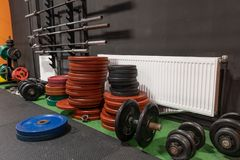 Barbells en domoren op vloer in gymnastiek voor de training van de sterktegeschiktheid Royalty-vrije Stock Afbeeldingen