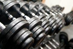 Barbells negros en la gimnasia Fotografía de archivo