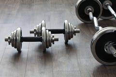 Barbells y pesas de gimnasia Imagen de archivo libre de regalías