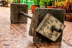 Barben väger utrustning som göras av cement i hus royaltyfri bild
