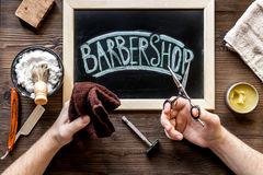 Barbería para los hombres con las herramientas en la opinión superior del fondo de madera Imágenes de archivo libres de regalías