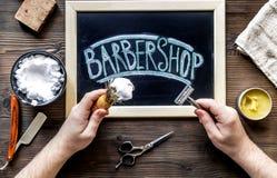 Barbería para los hombres con las herramientas en la opinión superior del fondo de madera Foto de archivo