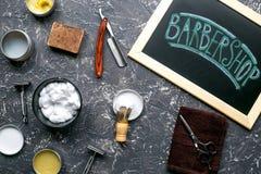 Barbería para los hombres con las herramientas en la opinión superior del fondo gris Fotos de archivo