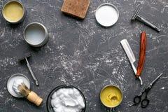 Barbería para los hombres con los equipamientos en mofa gris de la opinión superior del fondo Fotografía de archivo