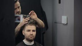 Barber Cuts el pelo en la barbería almacen de video