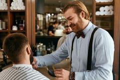 Barber Cutting Man Beard In Barber Shop Corte do cabelo da barba fotos de stock royalty free