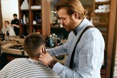 Barber Cutting Man Beard In Barber Shop Skägghårsnitt royaltyfri bild