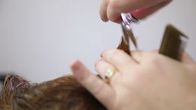 Barber Cutting Womans Haar stock footage