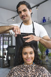 Barber Cutting Womans Haar Stockbild
