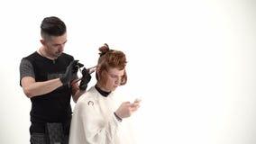 Barber Makes en trevlig grabb för stilfull frisyr med långt rött hår stock video
