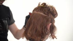 Barber Makes um indivíduo agradável do penteado à moda com cabelo vermelho longo filme