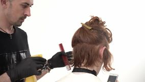 Barber Makes um indivíduo agradável do penteado à moda com cabelo vermelho longo vídeos de arquivo