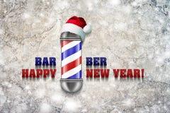 Barber Pole avec le chapeau de Santa Claus sur un fond gris L'inscription Barber Happy New Year Nouveau heureux de carte de voeux illustration libre de droits