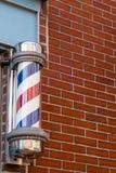 Barber Pole e muro di mattoni fotografie stock