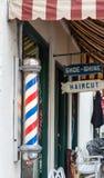 Barber Pole Outside Barber Shop antiquata fotografia stock libera da diritti