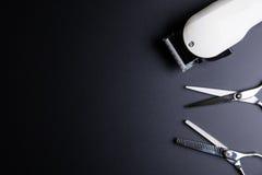 Barber Scissors profissional à moda e tosquiadeiras elétricas brancas foto de stock royalty free