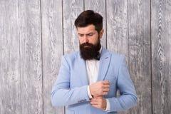 Barber Shop Concept Baard en snor De kerel verzorgde goed de knappe gebaarde smoking van de hipsterslijtage Romantische huwelijks royalty-vrije stock fotografie
