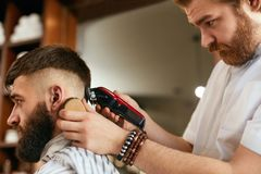 Barber Shop Men Hair Cut Barber Doing Men Fashion Hairstyle royalty-vrije stock foto
