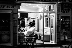 Barber Shop In The Night Stock Afbeeldingen