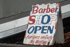 Barber Shop Sign - ÖFFNEN Sie sich lizenzfreies stockbild