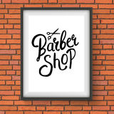 Barber Shop Sign Hanging auf Wand des roten Backsteins Stockbilder