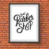 Barber Shop Sign Hanging en la pared de ladrillo roja Imagenes de archivo