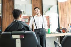 Barber Talking To Customer While die over Zijn Voorkeur vragen stock foto