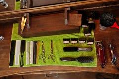 Barberarehjälpmedel på träbakgrundstabellen arkivfoto