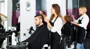 Barberaren gör för att klippa för man Fotografering för Bildbyråer