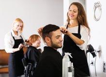 Barberaren gör för att klippa för man Arkivfoton