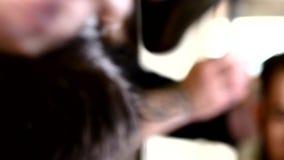 Barberaren scissors arbeten, genom att utföra som är stilfullt arkivfilmer