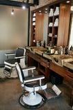 Barberaren shoppar inre Salong för manskönhethår med antik stol Arkivbilder