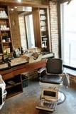 Barberaren shoppar inre Salong för manskönhethår med antik stol Arkivfoton