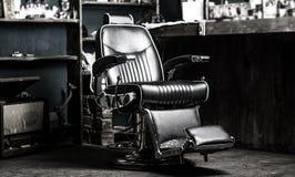 Barberaren shoppar stol Stilfull tappning Barber Chair Frisersalongfåtöljen, den moderna frisören och hårsalongen, barberare shop arkivfoton