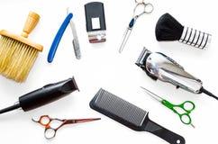 Barberaren shoppar utrustninghjälpmedel på vit bakgrund Yrkesmässiga friseringhjälpmedel Hårkammen scissor, nagelsax och hårbeskä Royaltyfria Bilder