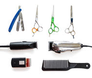 Barberaren shoppar utrustninghjälpmedel på vit bakgrund Yrkesmässiga friseringhjälpmedel Hårkammen scissor, nagelsax och hårbeskä Arkivbild