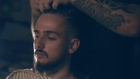 barbershop Het close-up van een mensen` s kapsel, de meester doet haar het stileren stock videobeelden