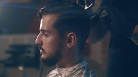 barbershop Het close-up van een mensen` s kapsel, de meester doet haar het stileren stock footage