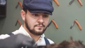 barbershop Homem com a barba na barbearia Salão de beleza de cabelo moderno video estoque