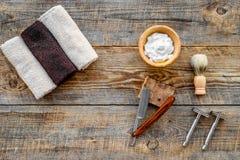 barbershop ` Rapagem e corte de cabelo de s dos homens Escova, lâmina, espuma no copyspace de madeira da opinião superior do fund imagens de stock royalty free