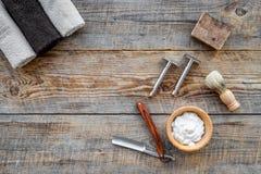 barbershop ` Rapagem e corte de cabelo de s dos homens Escova, lâmina, espuma no copyspace de madeira da opinião superior do fund foto de stock royalty free