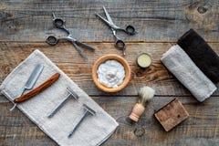 barbershop ` Rapagem e corte de cabelo de s dos homens Escova, lâmina, espuma, sciccors na opinião superior do fundo de madeira d fotos de stock royalty free