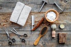 barbershop ` Rapagem e corte de cabelo de s dos homens Escova, lâmina, espuma, sciccors na opinião superior do fundo de madeira d fotos de stock