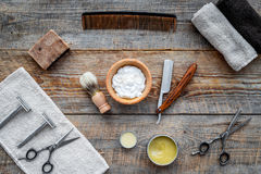 barbershop ` Rapagem e corte de cabelo de s dos homens Escova, lâmina, espuma, sciccors na opinião superior do fundo de madeira d imagens de stock