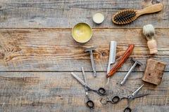 barbershop ` Rapagem e corte de cabelo de s dos homens Escova, lâmina, espuma, sciccors no copyspace de madeira da opinião superi foto de stock royalty free