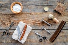 barbershop ` Rapagem e corte de cabelo de s dos homens Escova, lâmina, espuma, sciccors no copyspace de madeira da opinião superi imagens de stock
